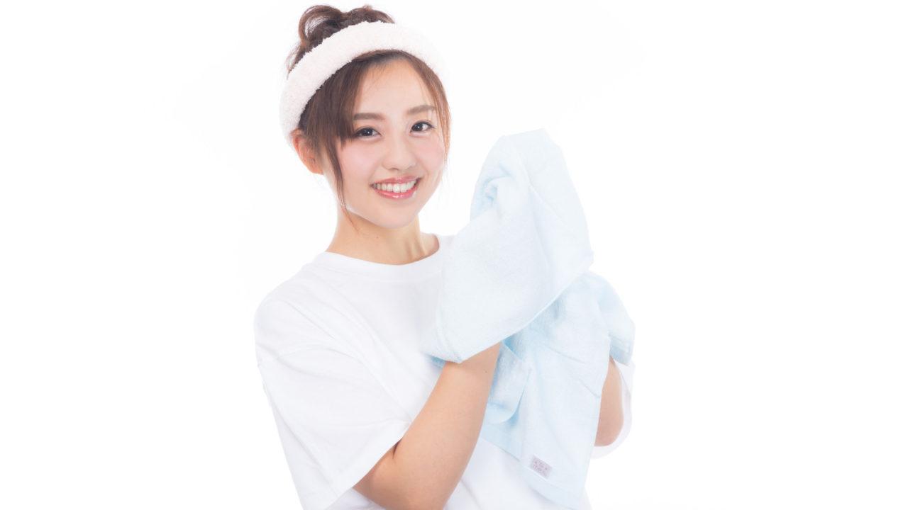 タオルを持った女性