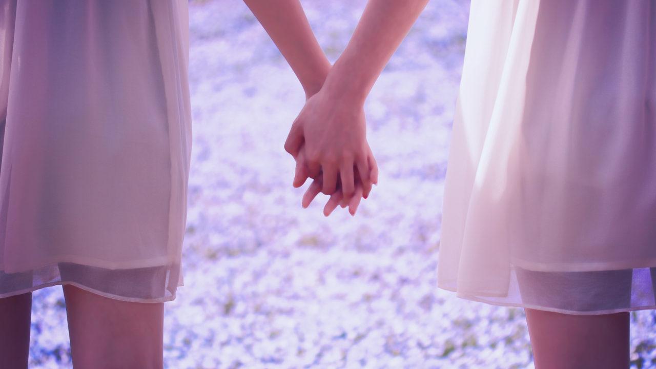 手をつなぐ女性2人