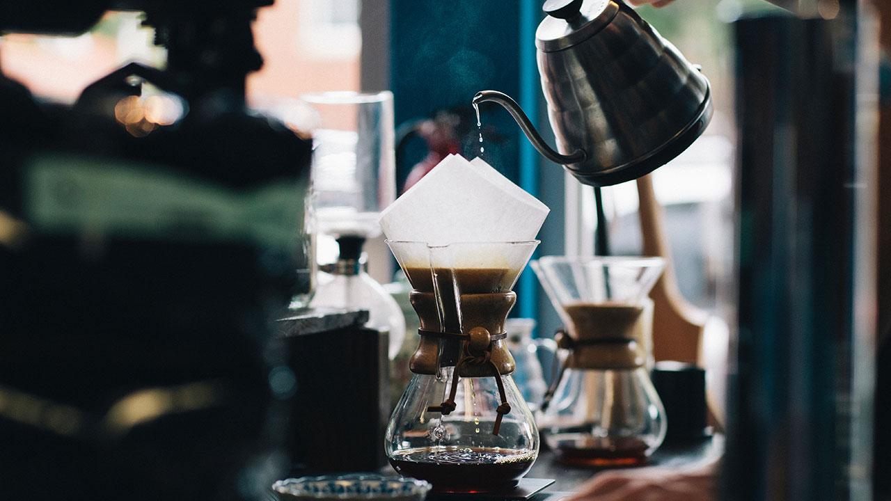 コーヒーを注ぐ写真